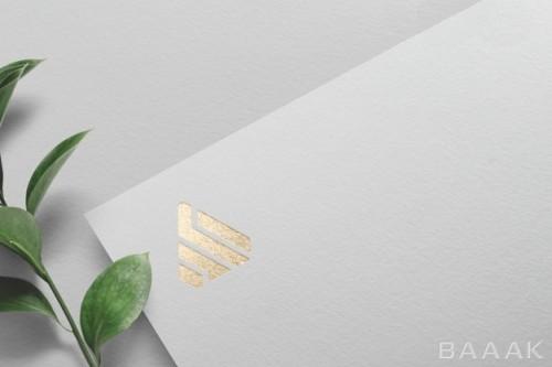 موکاپ لوگو طلایی رنگ روی کاغذ سفید