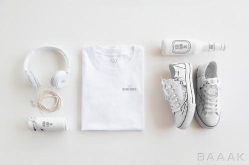 موکاپ طرح روی تیشرت، کفش، هدفون و بطری نوشیدنی