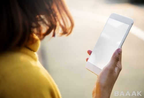 تصویر زن درحال تماشای تکست و استفاده از تلفن و تکنولوژی