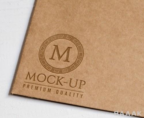 موکاپ لوگو نقش برجسته بر روی مقوای قهوه ای و کاغذ کاهی