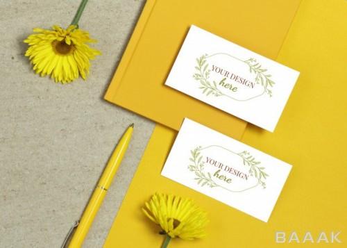 موکاپ کارت ویزیت زیبا با پس زمینه ی گل های تابستانی زرد
