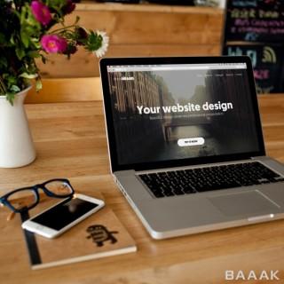 موکاپ لپ تاپ اپل بر روی میز چوبی