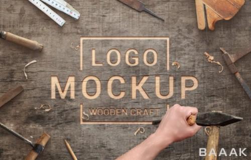 موکاپ لوگو حک شده بر روی تخته چوبی به همراه چاقو اسکنه