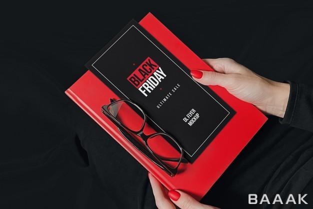 موکاپ بروشور تبلیغاتی به همراه دفترچه قرمز در دست خانم